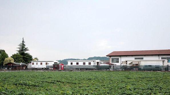 I caravan ospitati nel cortile di una abitazione in strada del Biron di Sotto. COLORFOTO ARTIGIANA