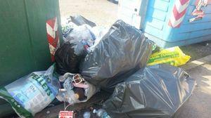 Esce di casa e si trova i rifiuti in bella vista